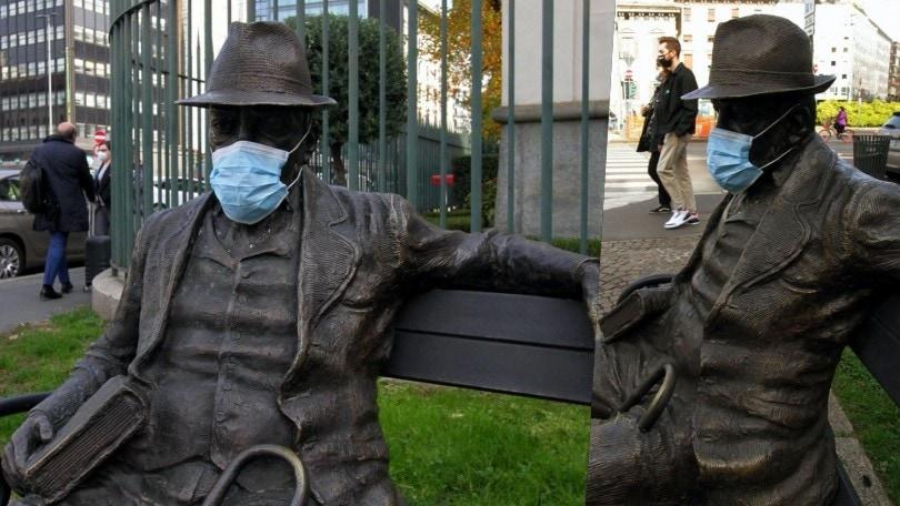 Coronavirus, a Milano anche le statue indossano la mascherina