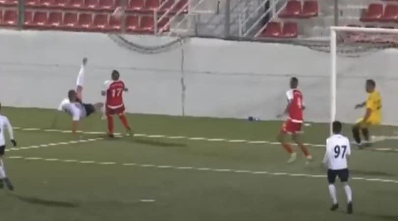 Un gol impossibile! La rovesciata fa il giro del web