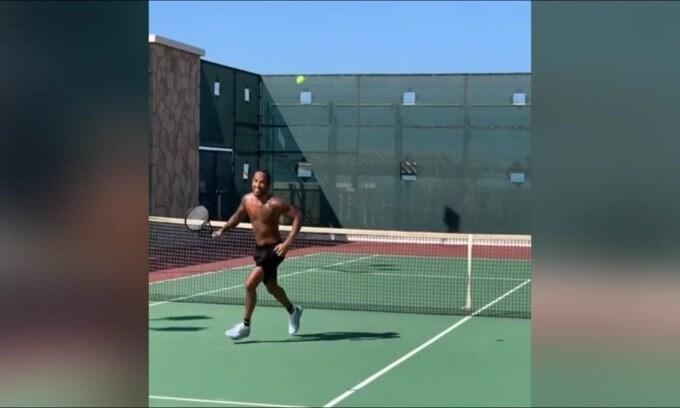 Hamilton prova con il tennis, ma...