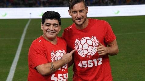 """Totti, il cordoglio per la scomparsa di Maradona: """"Hai scritto la storia del calcio"""""""