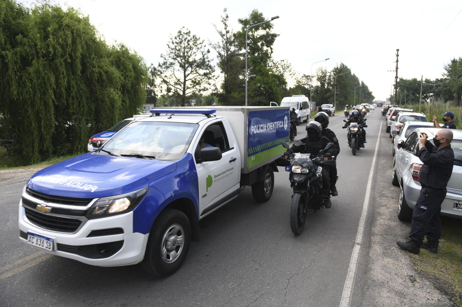 Maradona, il corpo sull'auto della polizia scientifica
