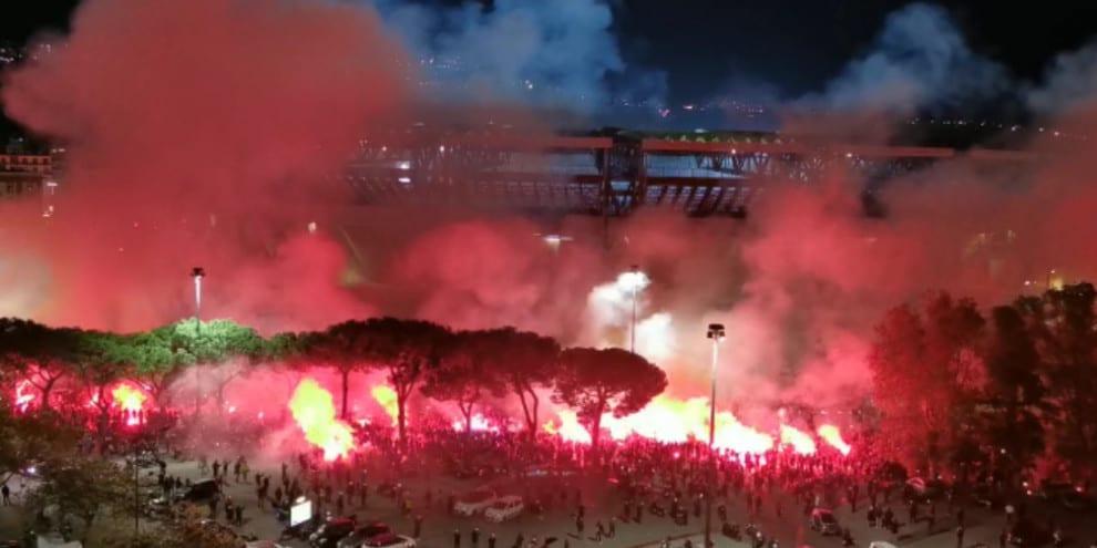 """""""Ho visto Maradona"""": l'emozionante coro ripreso dall'alto"""