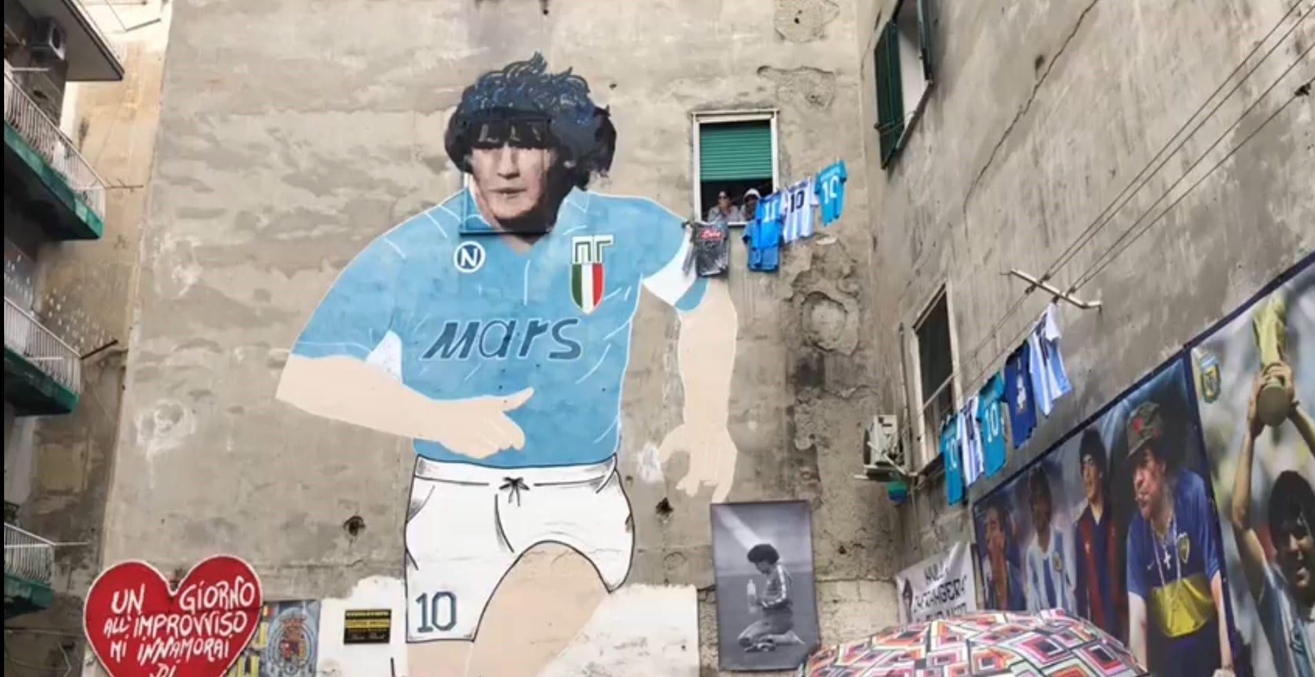 La città di Napoli si raduna per rendere omaggio ai murales di Diego