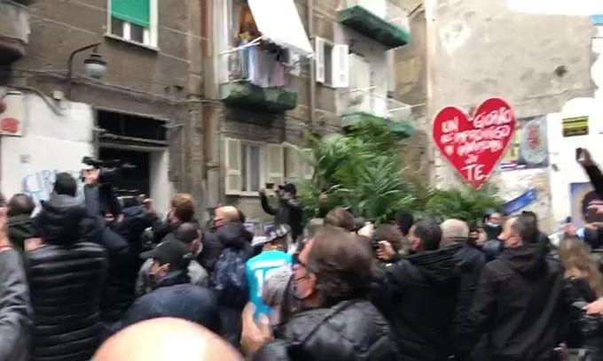 Bruno Conti ai Quartieri Spagnoli, corona di fiori per Maradona