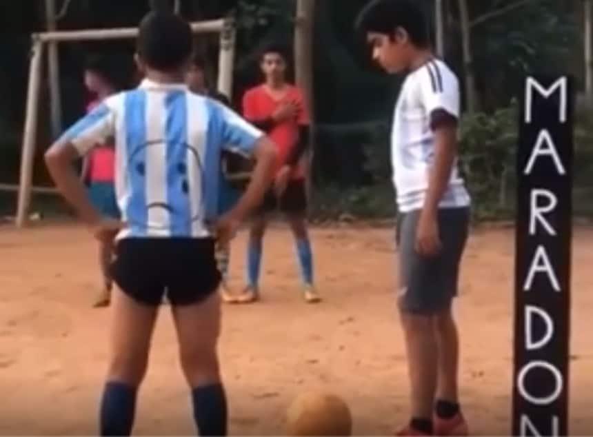 Maradona, un bambino di 13 anni replica il gol su punizione contro la Juve