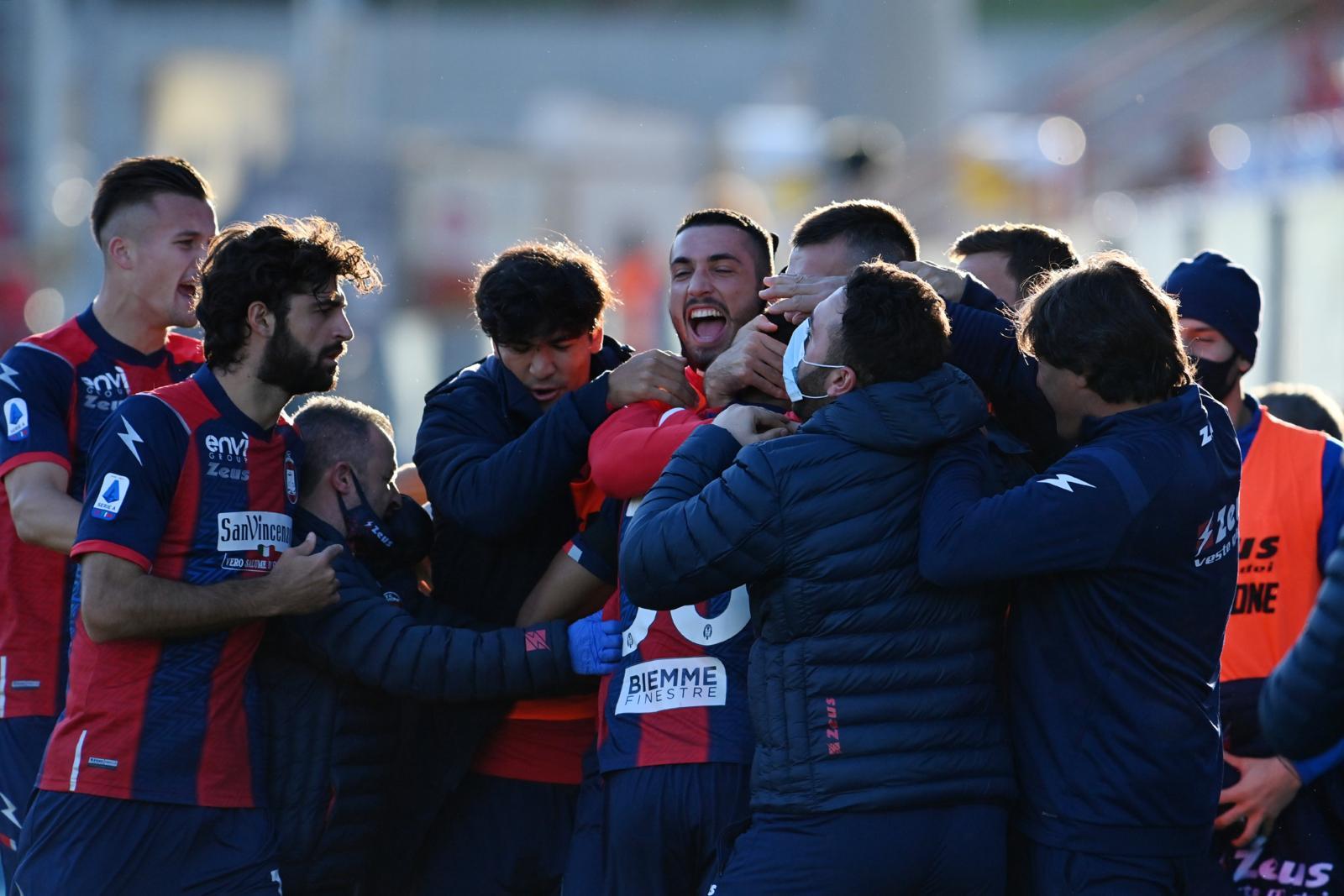Crotone che gioia! Messias doppietta, prima vittoria contro lo Spezia