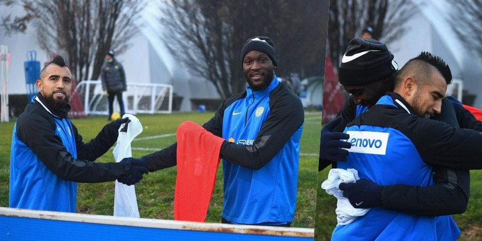 Inter, Vidal torna in gruppo: che accoglienza di Lukaku!