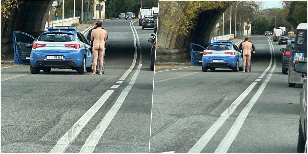 Posto di blocco a Roma, un uomo è nudo!