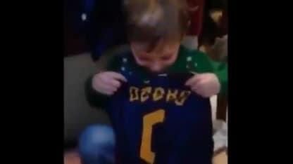 La maglia di Dzeko in regalo, il piccolo David piange di gioia