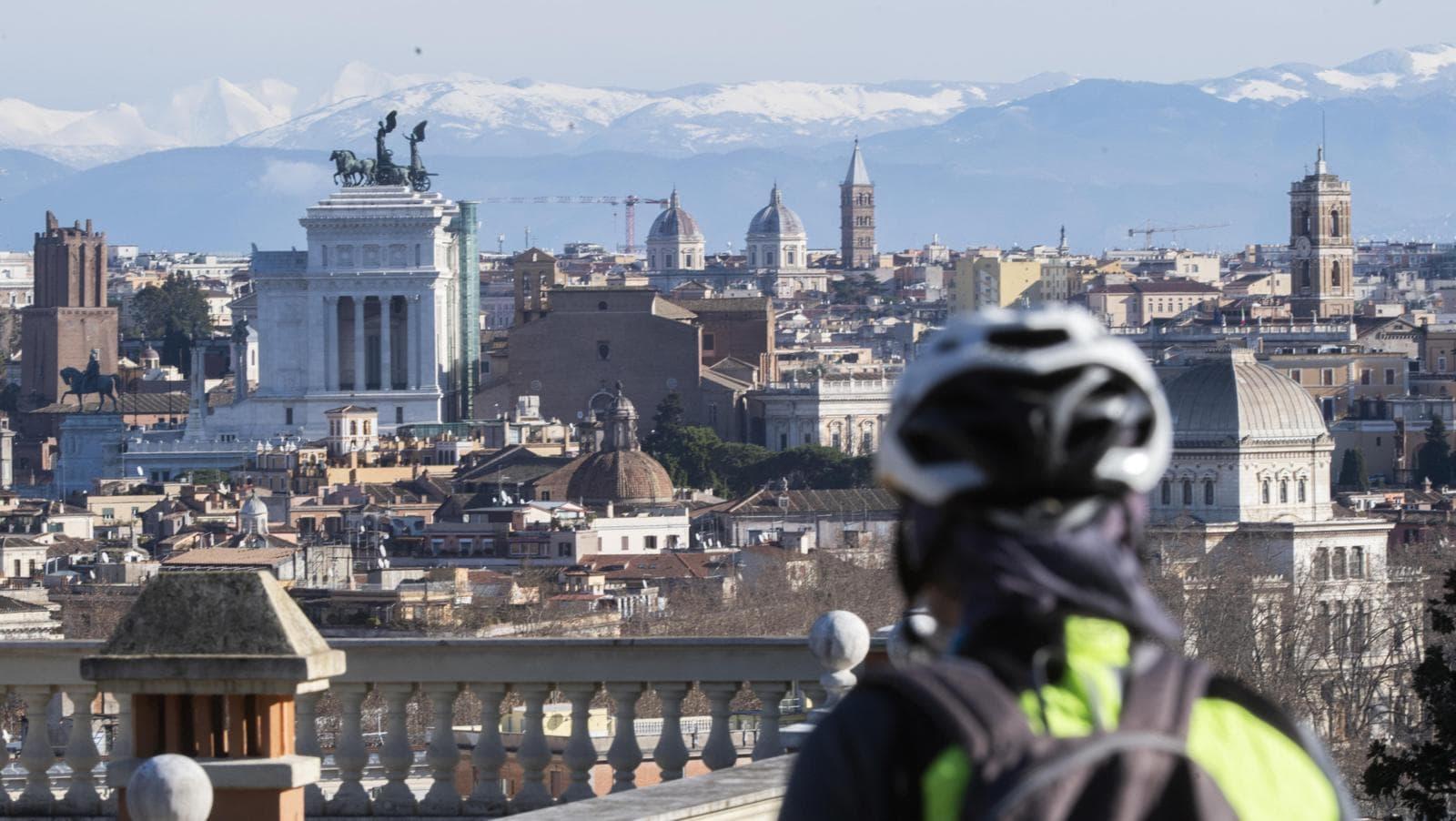 Alle spalle di Roma spuntano le montagne innevate