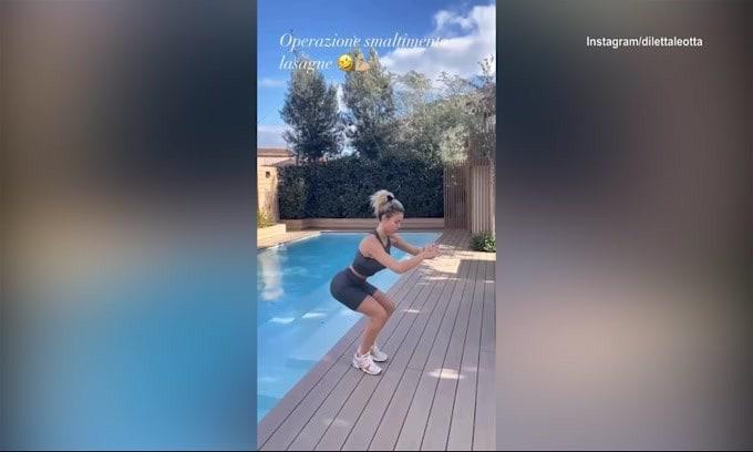 Diletta Leotta, esercizi a bordo piscina