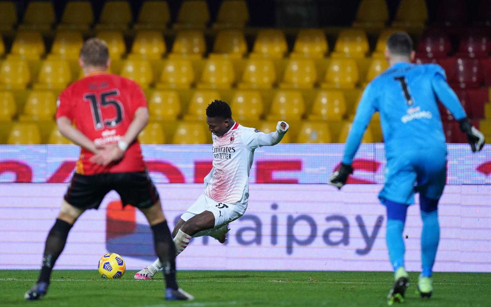 Il Milan vince anche in 10: Benevento ko 2-0, capolavoro Leao!