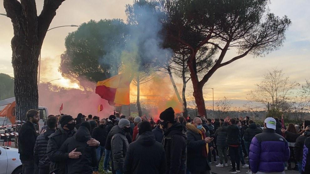 Roma, cori e fumogeni a Trigoria prima del derby
