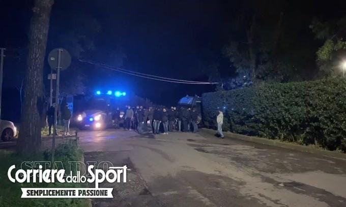 Fuochi d'artificio fuori Trigoria: i tifosi della Roma caricano la squadra prima del derby