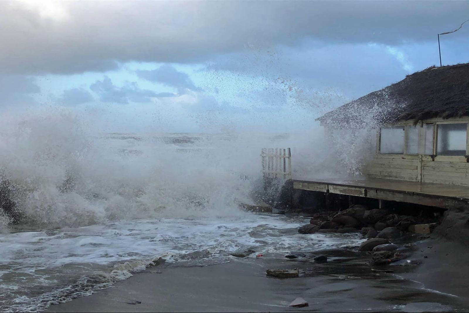 Maltempo a Roma, mare in tempesta sul litorale capitolino