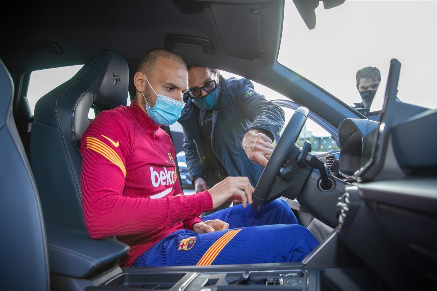 Cupra e Barcellona, i calciatori personalizzano le auto