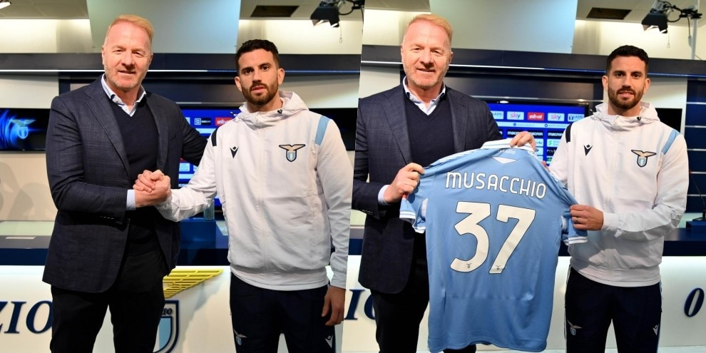 Lazio, la presentazione di Musacchio: foto con la nuova maglia