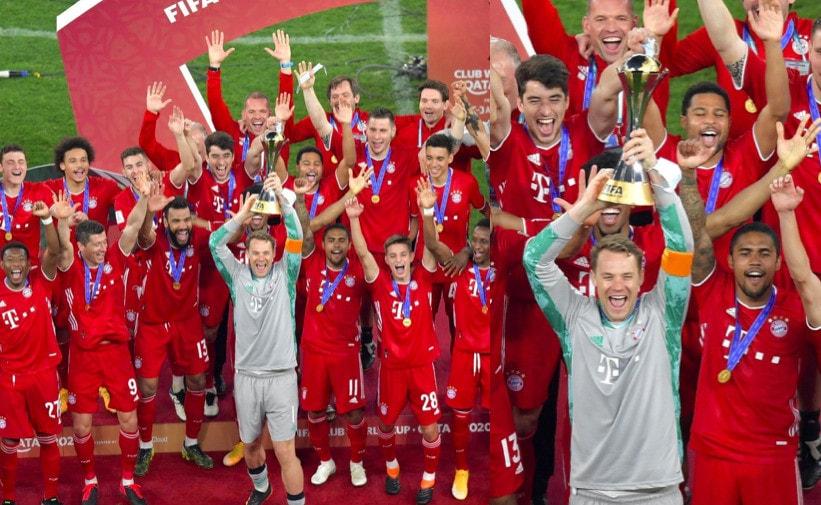 Bayern, che festa: Neuer alza la coppa