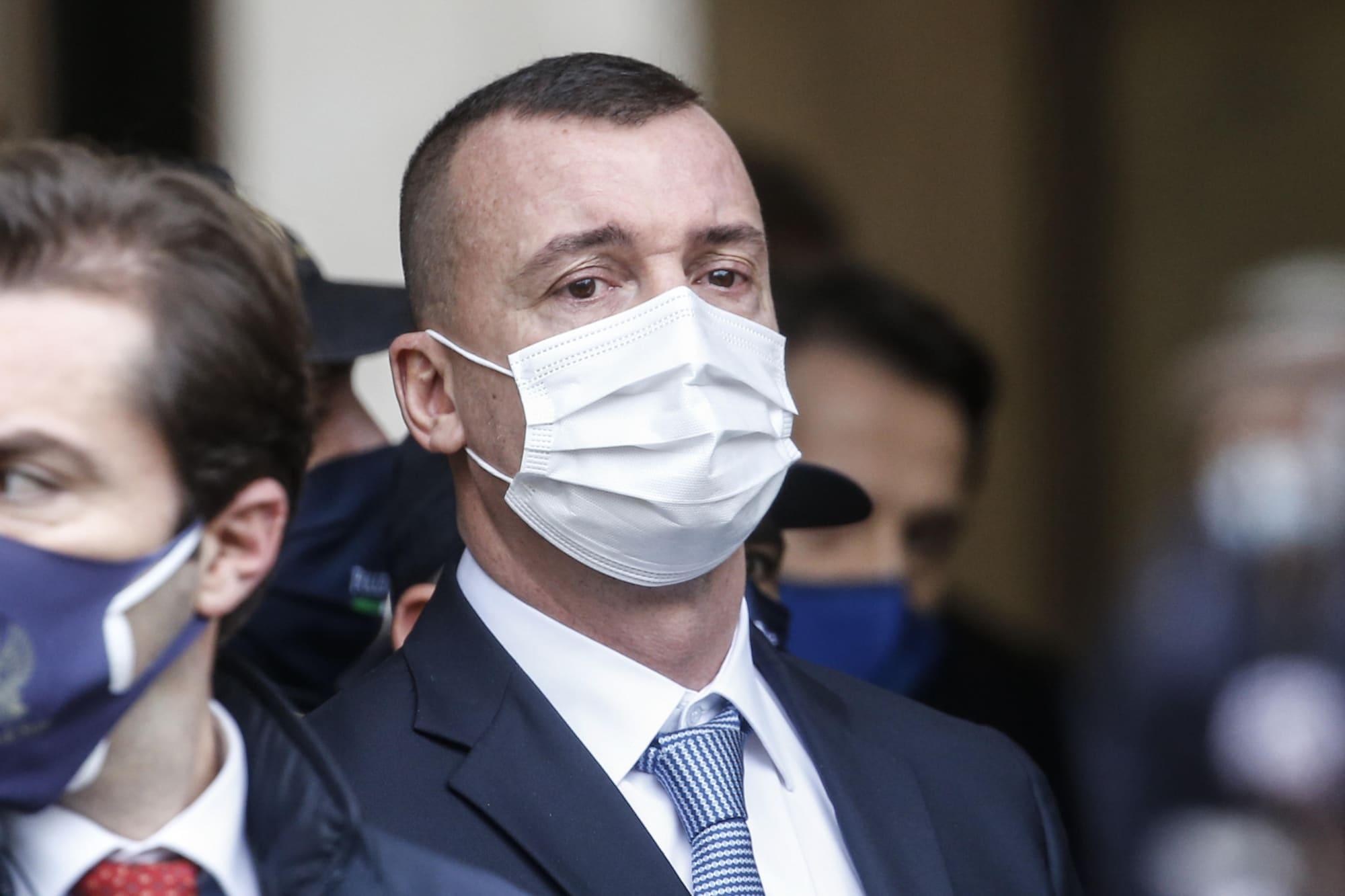 Rocco Casalino in lacrime mentre Giuseppe Conte lascia Palazzo Chigi