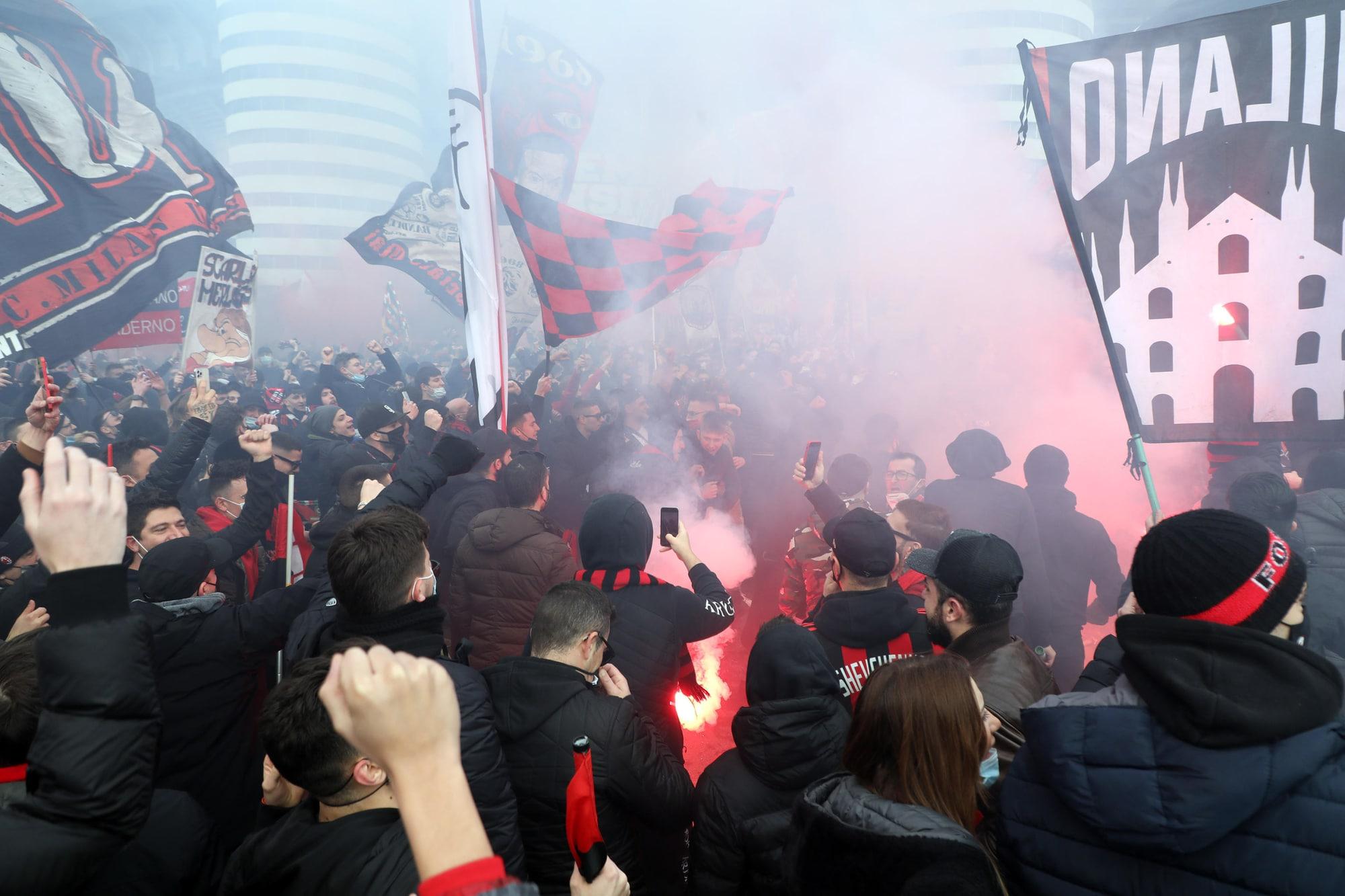Derby Milan-Inter, migliaia di tifosi fuori San Siro