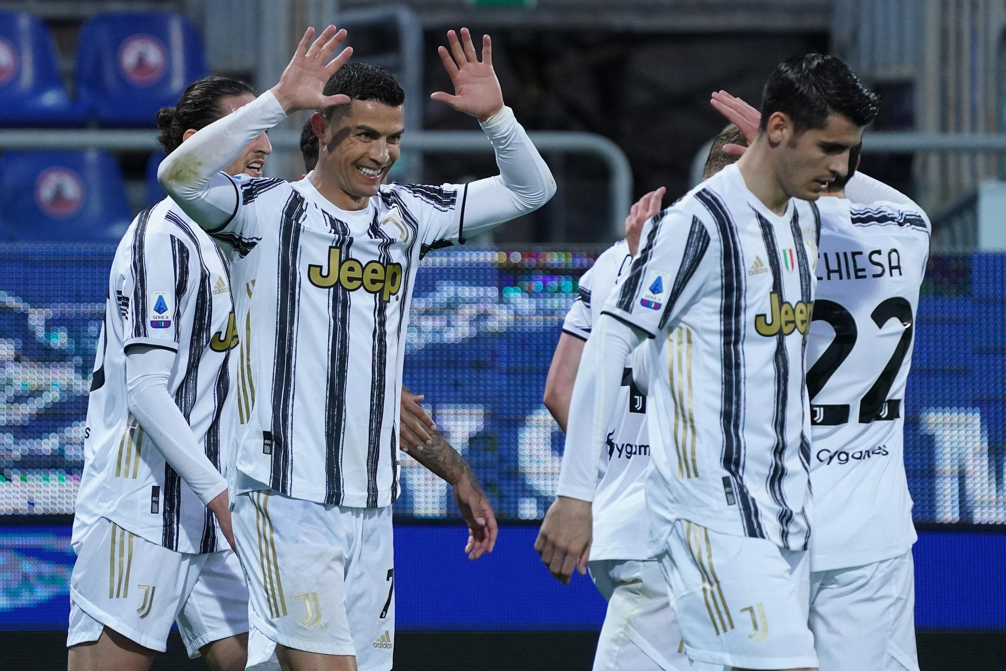 Furia Ronaldo contro le critiche: tripletta-lampo in Cagliari-Juve
