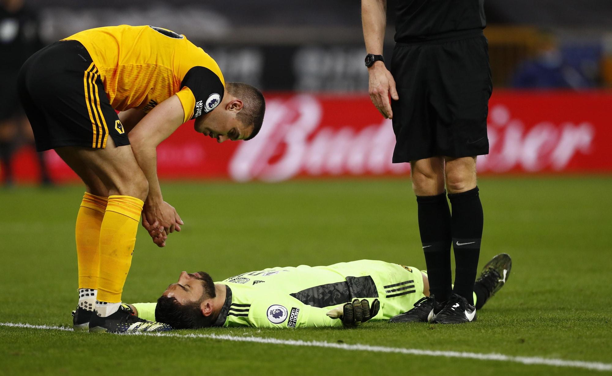 Paura Rui Patricio, fuori in barella dopo un colpo alla testa