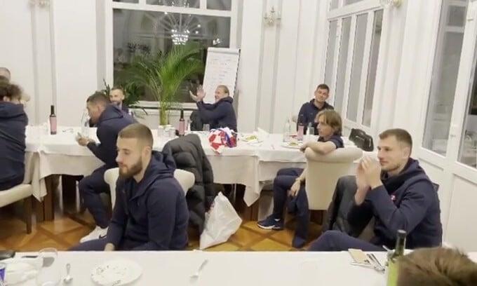 Croazia, l'emozionante omaggio a Modric per il record di presenze
