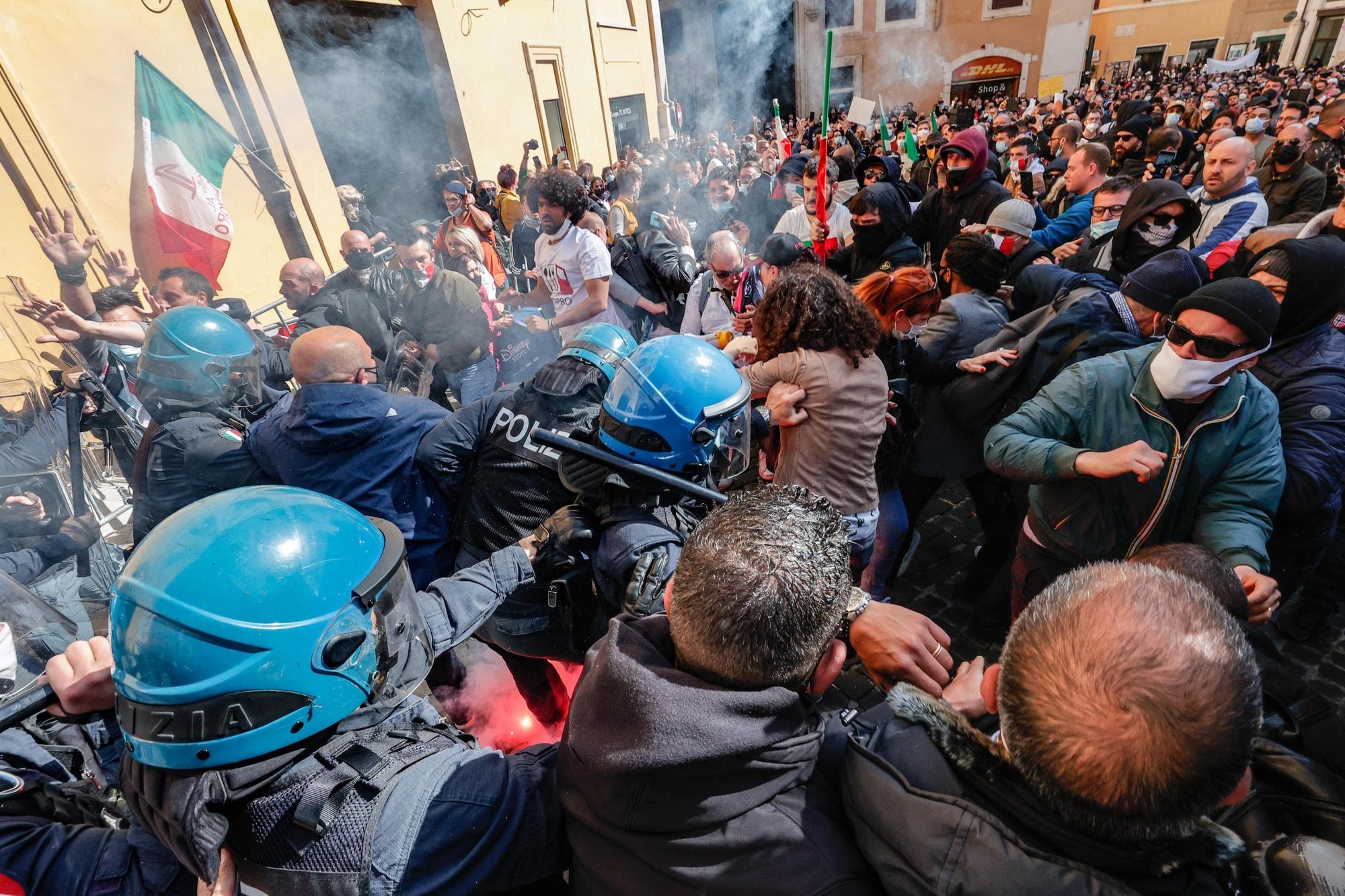 Ioapro: scontri e cariche a Roma fra manifestanti e polizia
