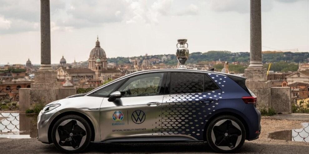 Trophy Tour EURO 2020 al via da Roma su una Volkswagen ID.3