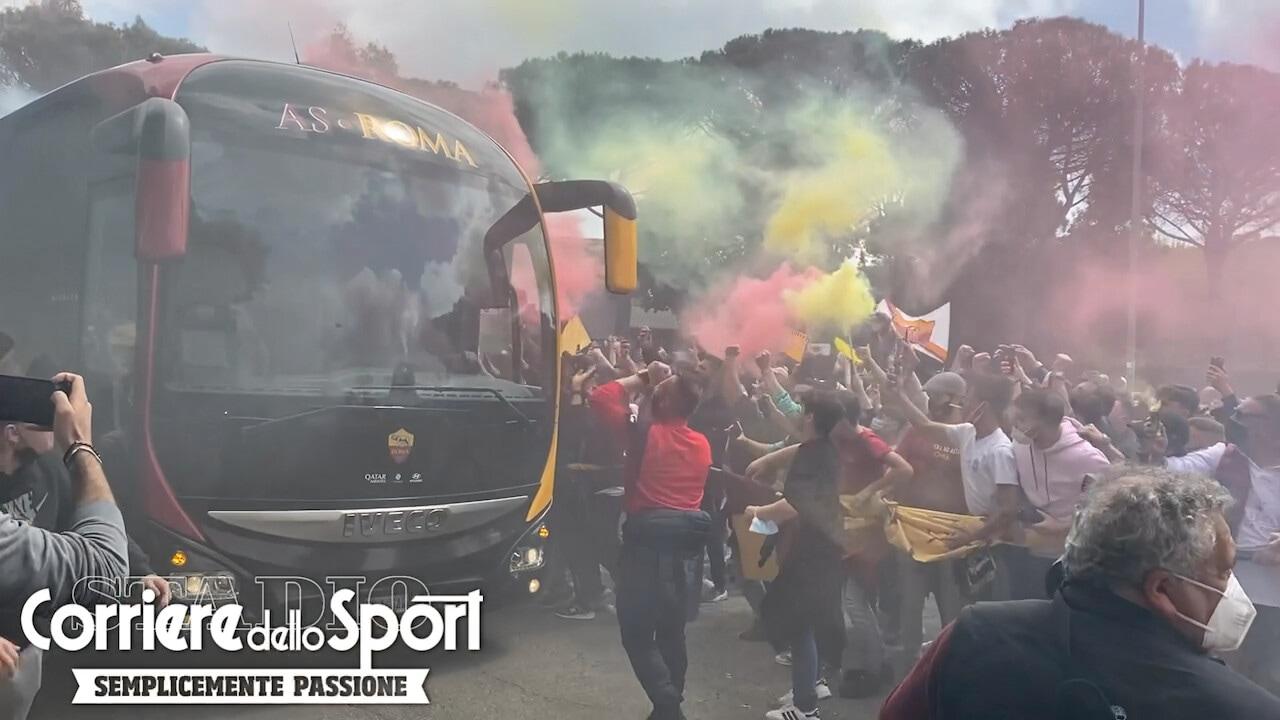 Roma, esce la squadra da Trigoria: tifosi in delirio
