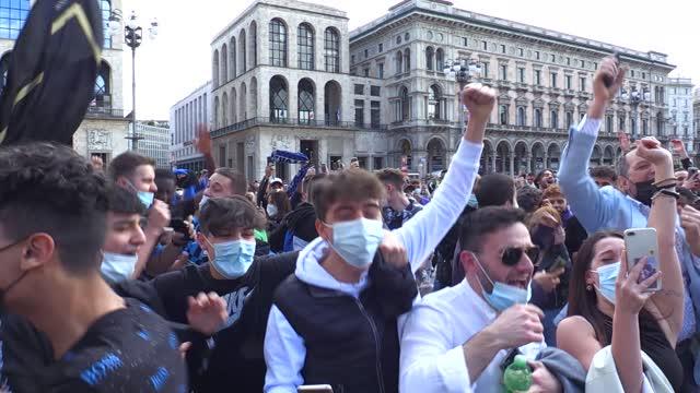 Inter, piazza Duomo esplode al fischio finale