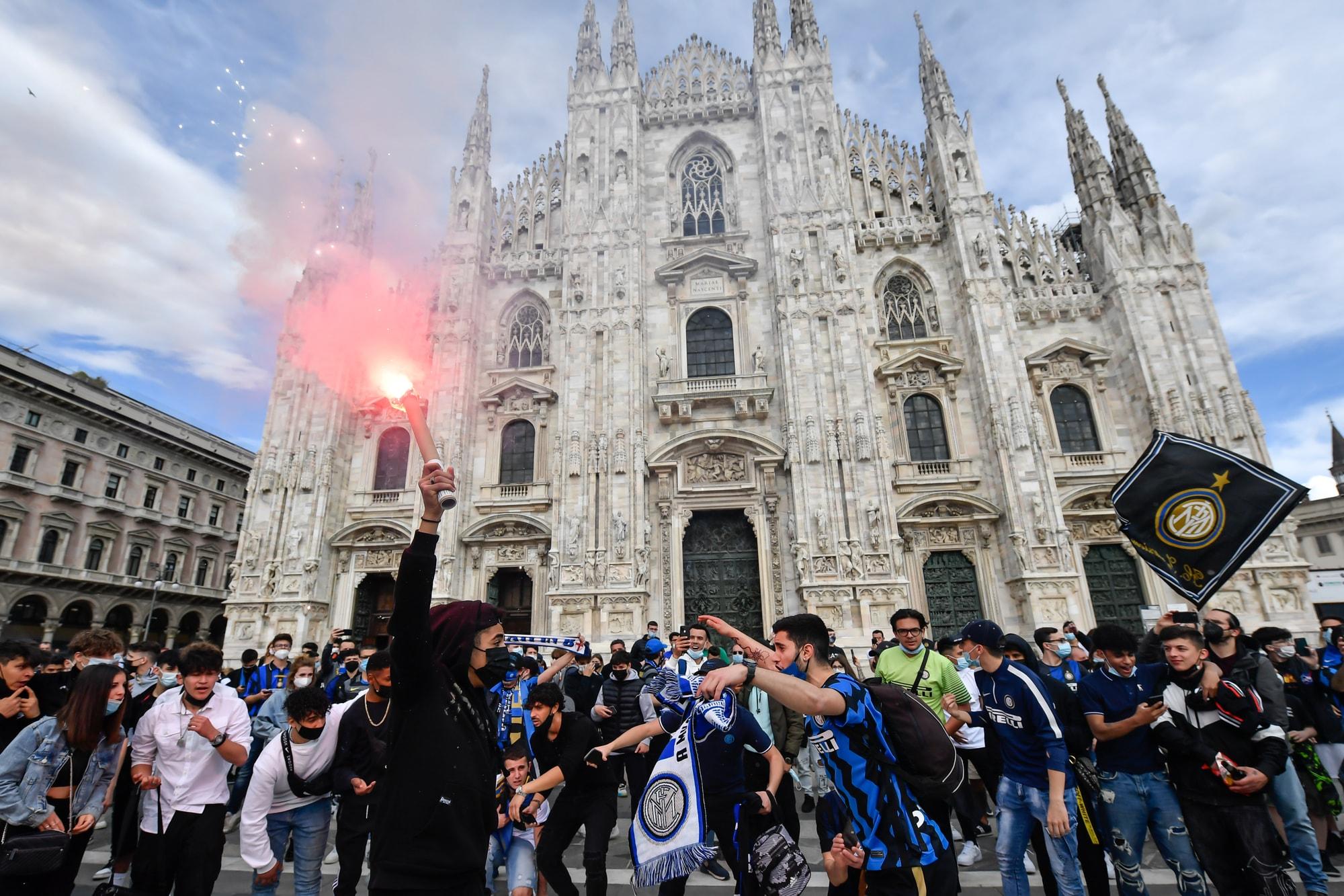 Inter Campione d'Italia: la festa dei tifosi nerazzurri a Piazza Duomo