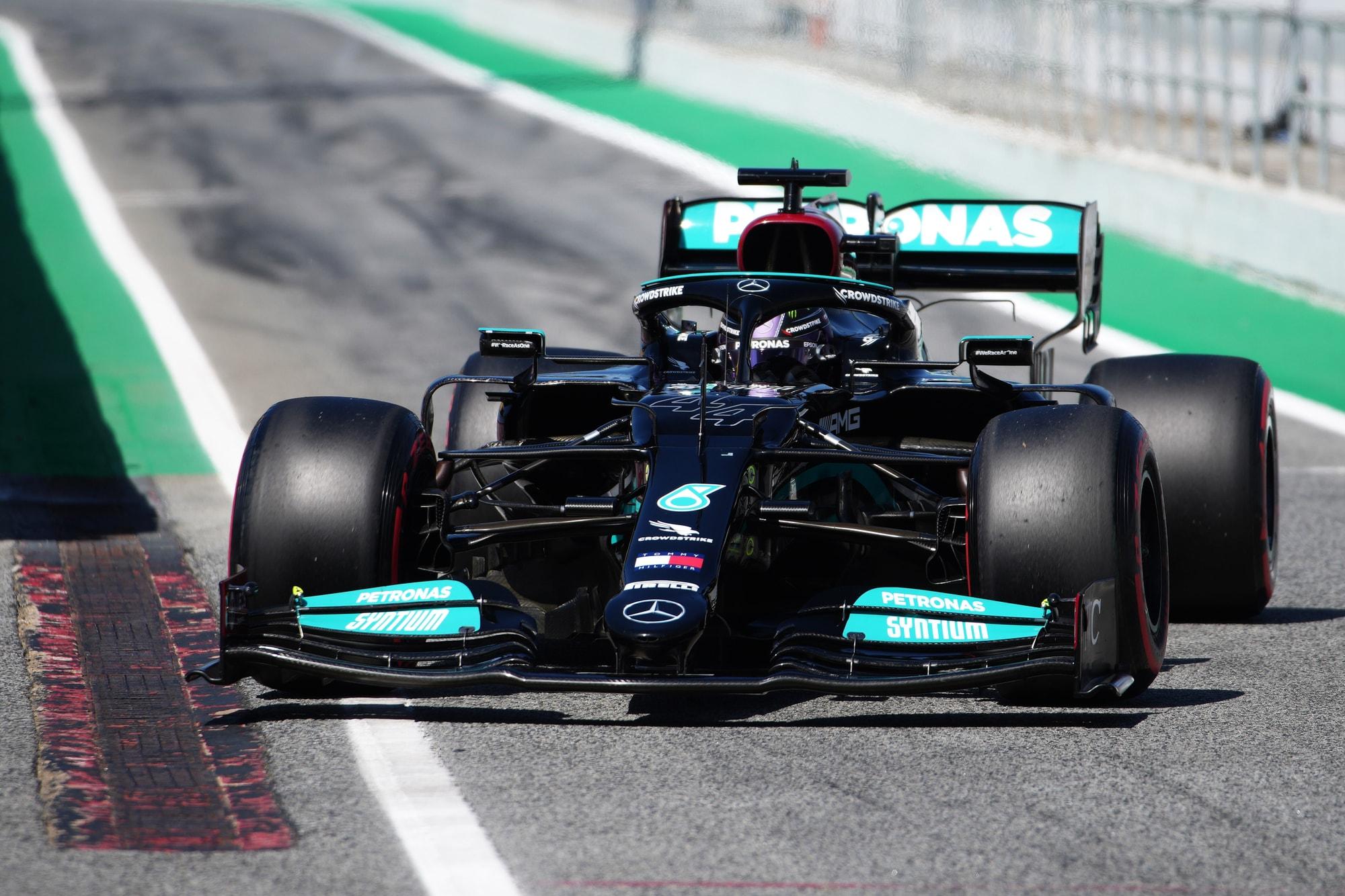 GP Spagna, Hamilton fa la pole 100. La Ferrari di Leclerc al quarto posto