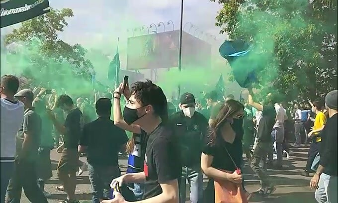 Inter, arriva il pullman e i tifosi impazziscono