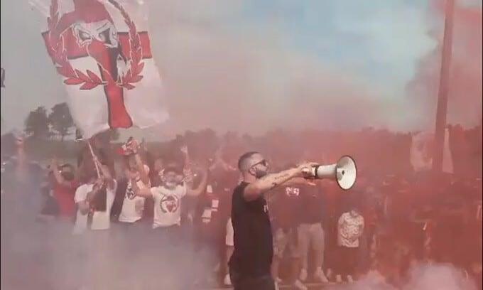Milan, la carica dei tifosi a Milanello