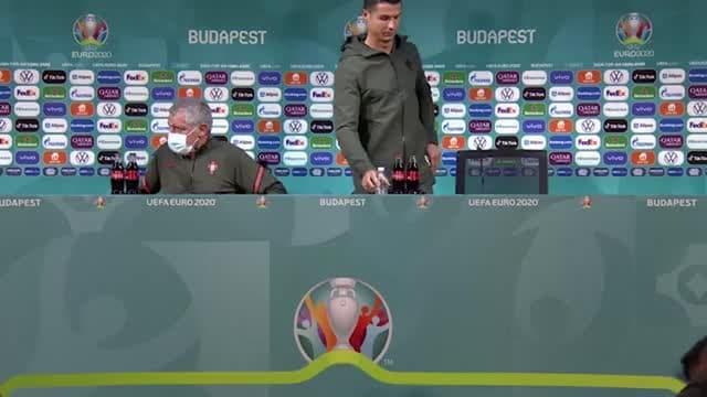 """La Coca Cola non va giù a Ronaldo: """"Bevete acqua"""""""