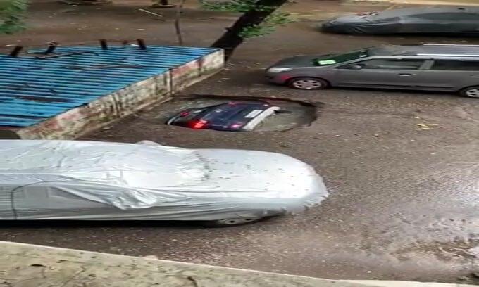 Voragine risucchia un'auto in India: il video