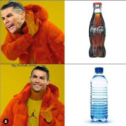 Ronaldo sposta la Coca Cola in conferenza stampa. Le ironie social