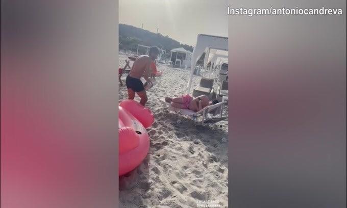 Candreva, che scherzone in spiaggia!
