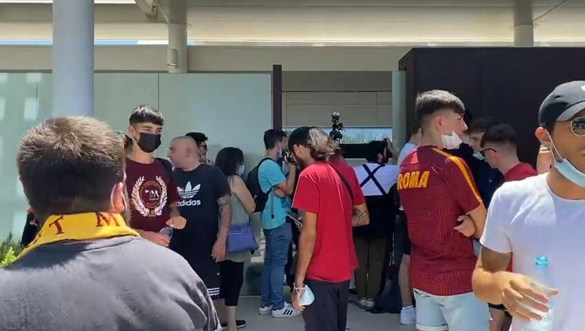 Roma, i tifosi a Ciampino attendono lo sbarco di Mourinho