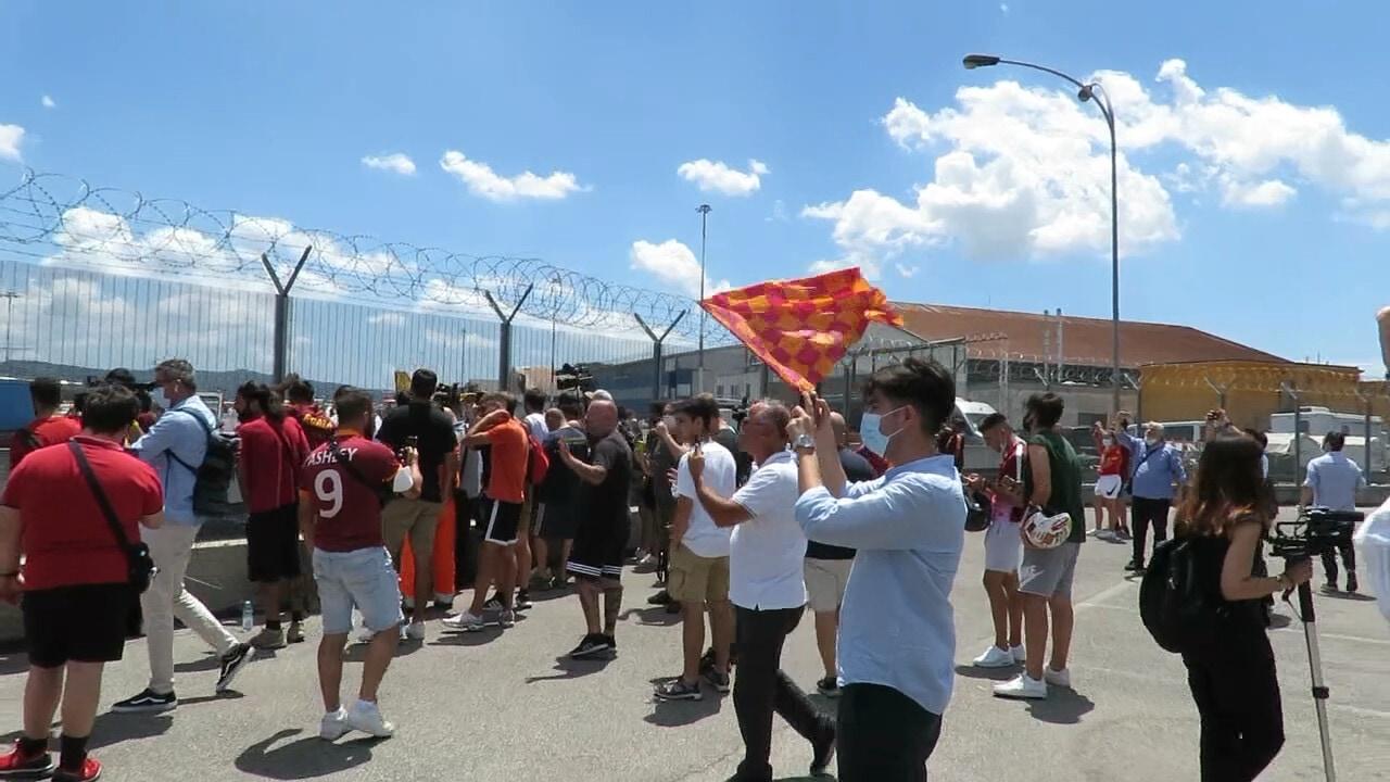 Ciampino, cresce l'attesa per lo abarco di Mourinho: ecco la festa dei tifosi