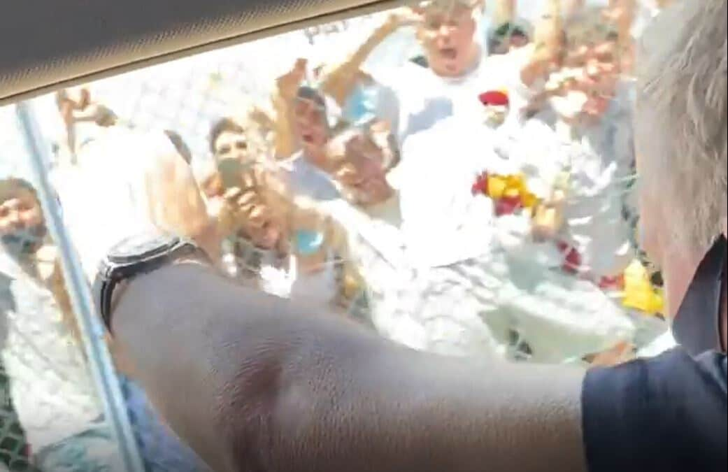 In macchina con Mourinho: saluta i tifosi della Roma e prende la sciarpa!