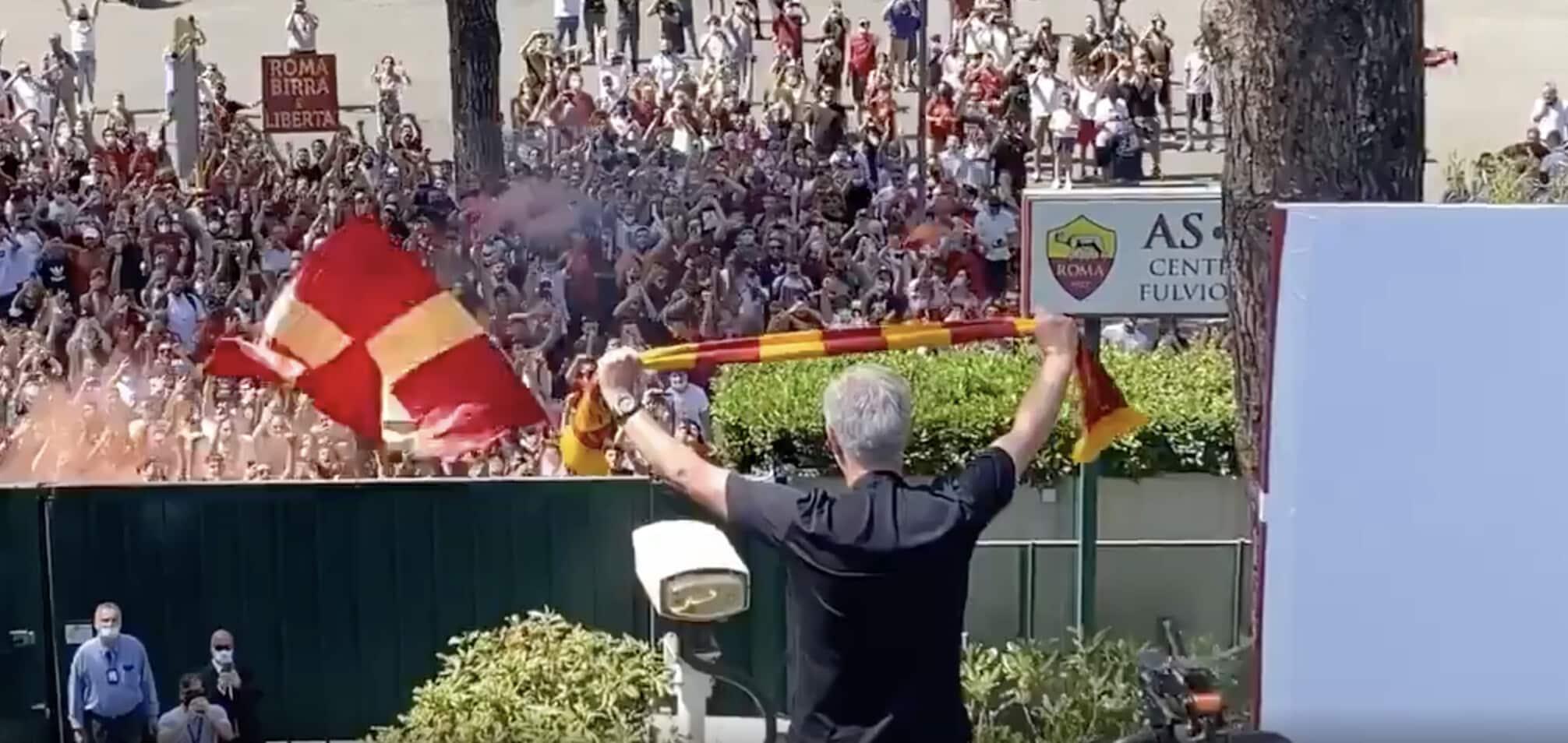 Mourinho saluta i tifosi della Roma a Trigoria