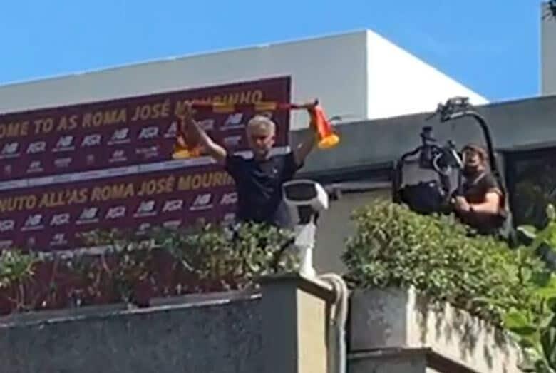 Mourinho osannato a Trigoria: si tocca il cuore e s'inchina!