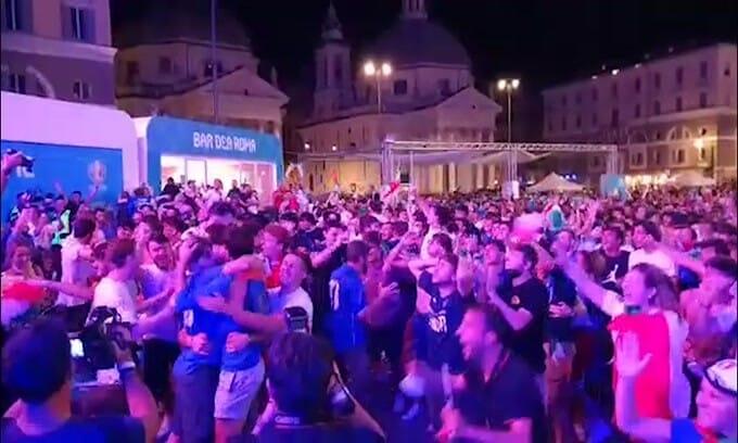 L'Italia è in finale, delirio a Roma