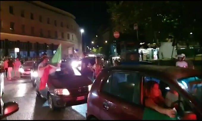 Italia in finale, caroselli per Roma