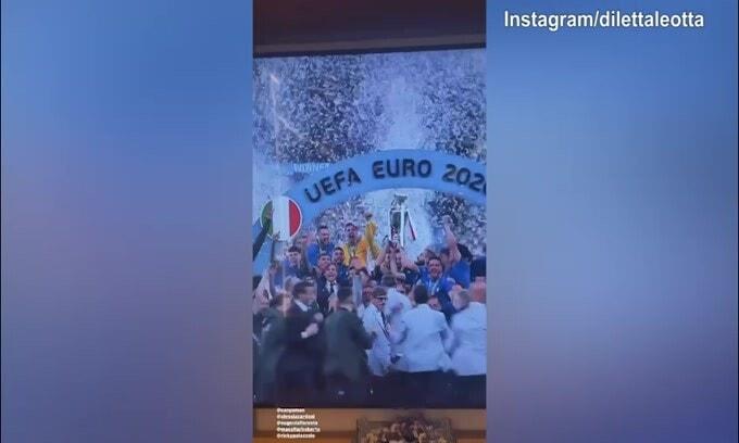 L'Italia alza la Coppa: Diletta Leotta festeggia insieme ad amici