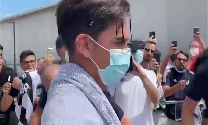 Bagno di folla per Dybala all'uscita