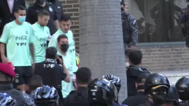 Argentina, Messi e Dybala lasciano l'hotel per andare ad allenarsi