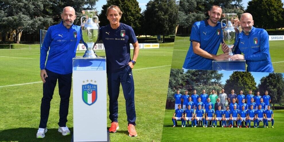L'Italia posa con la coppa dell'Europeo